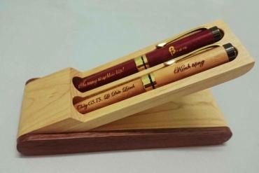 Bút kim loại khắc chữ